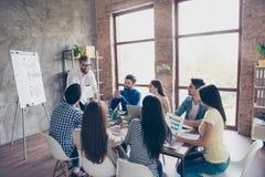 De groep studenten bespreekt het universitaire project bij aardig royalty-vrije stock foto
