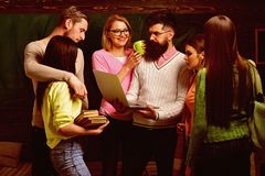 De groep studenten, groupmates brengt tijd met leraar, spreker, professor door Studenten, wetenschappers die na klassen bestudere stock fotografie
