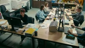 De groep Studenten werkt bij Computers bij de Universiteit in IT Onderwijszaal stock footage