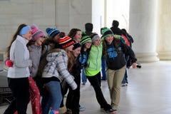 De groep tieners verzamelde zich voor beelden binnen Jefferson Memorial, Washington, gelijkstroom, 2015 royalty-vrije stock fotografie