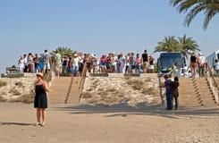 De groep toeristen bekijkt Kolossen van Memnon in Luxor, Egypte Stock Afbeelding