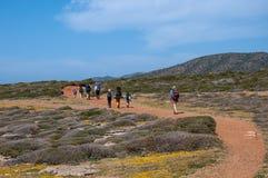 De groep toeristen met grote rugzakken is op wegoverzees stock foto's