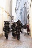 De Groep van Carnaval van Bazel Carnaval 2019 in zwarte kostuums stock afbeelding