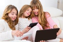 De groep van drie de vriendenmeisjes van de jong geitjezuster het spelen samen met lijst royalty-vrije stock afbeeldingen