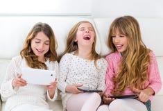De groep van drie de vriendenmeisjes van de jong geitjezuster het spelen samen met lijst royalty-vrije stock fotografie