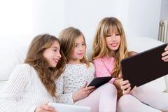 De groep van drie de vriendenmeisjes van de jong geitjezuster het spelen samen met lijst stock afbeeldingen