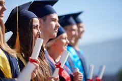 De groep van jonge gediplomeerdenstudenten stock fotografie