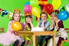 De groep van jonge geitjes en verjaardagscake Royalty-vrije Stock Afbeelding