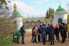 De groep van de kinderen` s excursie in het landgoed van Telling Leo Tolstoy in Yasnaya Polyana in Oktober 2017 stock fotografie