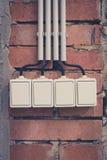 De groep van licht vier schakelt bakstenen muur in stock afbeeldingen