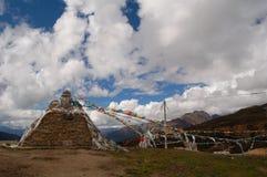 De groep van MaNi met de vlaggen van Tibet Stock Afbeeldingen
