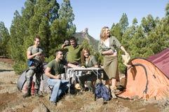 De groep van mannen en van vrouwen met kaarten en beklimt materiaal Stock Foto's