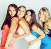 De groep velen koelt moderne meisjesvrienden die in die heldere clothers samen pret hebben op witte gelukkige achtergrond wordt g Royalty-vrije Stock Fotografie