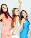 De groep velen koelt moderne meisjesvrienden die in die heldere clothers samen pret hebben op witte gelukkige achtergrond wordt g Royalty-vrije Stock Afbeelding