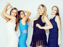 De groep velen koelt moderne meisjesvrienden die in die heldere clothers samen pret hebben op witte gelukkige achtergrond wordt g Royalty-vrije Stock Foto