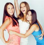 De groep velen koelt moderne meisjesvrienden die in die heldere clothers samen pret hebben op witte gelukkige achtergrond wordt g Royalty-vrije Stock Afbeeldingen