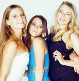 De groep velen koelt moderne meisjesvrienden die in die heldere clothers samen pret hebben op witte gelukkige achtergrond wordt g Stock Afbeeldingen