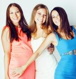 De groep velen koelt moderne meisjesvrienden die in die heldere clothers samen pret hebben op witte gelukkige achtergrond wordt g Royalty-vrije Stock Foto's