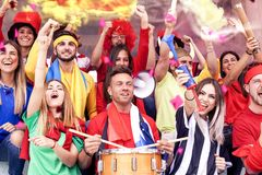 De groep ventilators kleedde zich in diverse kleuren lettend op een sportengebeurtenis royalty-vrije stock afbeeldingen