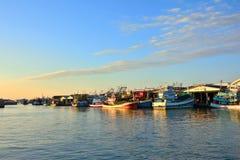 De groep vissersboot in het water heeft een huis van de waterkant Royalty-vrije Stock Fotografie