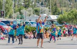 De groep voert de Eerste dans van de Natieshoepel bij parade uit stock fotografie