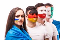 De groep voetbalventilators steunt hun nationaal team: De Oekraïne, Duitsland, Polen, Noord-Ierland Stock Foto's
