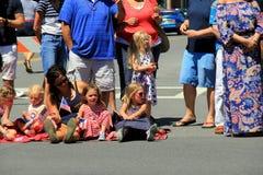 De groep volwassenen en kinderen die op stoepen op de vakantieparade wachten, Saratoga springt, New York, 2016 op Royalty-vrije Stock Afbeelding