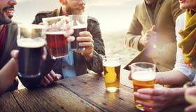 De groep vrienden die en heeft bieren spreken stock foto's