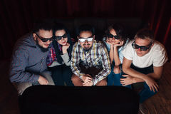 De groep vrienden geniet horloge van film in 3d glazen stock afbeeldingen