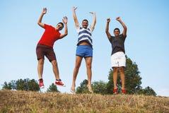 de groep vrienden heeft pret die samen springen Stock Foto's