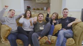 De groep vrienden werpt popcorn in camera in slowmotion stock video