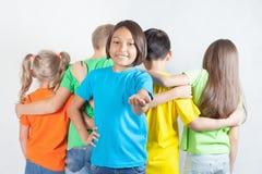 De groep vriendschappelijke kinderen houdt samen van een team Royalty-vrije Stock Fotografie