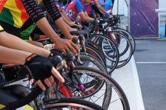 De groep vrouwelijke fietsers is bereid om op de beginnende lijn te zijn royalty-vrije stock afbeelding
