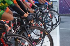 De groep vrouwelijke fietsers is bereid om op de beginnende lijn te zijn royalty-vrije stock afbeeldingen