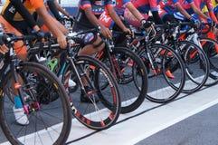De groep vrouwelijke fietsers is bereid om op de beginnende lijn te zijn stock afbeelding