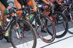 De groep vrouwelijke fietsers is bereid om op de beginnende lijn te zijn stock afbeeldingen