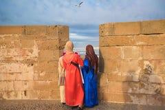 De groep vrouwen geniet van de mening van de Atlantische Oceaan en vliegende vogel royalty-vrije stock foto