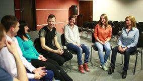 De groep zit in een cirkel Zij vertellen hun verhalen psychologische hulp stock footage