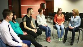De groep zit in een cirkel Zij vertellen hun verhalen psychologische hulp stock video