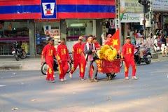 De groepen van de draakdans bij nieuwe het Jaarviering van Tet Royalty-vrije Stock Afbeelding