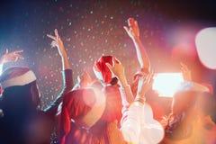 De groepen vrienden zijn Aziatisch genietend van de partij royalty-vrije stock foto