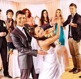 De groepsmensen bij huwelijk dansen. Stock Foto's