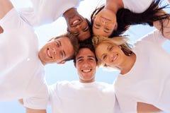 De groepsvrienden omcirkelen Stock Foto