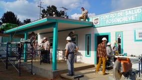 De groepswerkarbeiders bouwt een dokterscentrum Stock Foto's