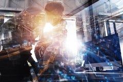 De groepswerkwerken met een computer Concept het delen en de interconnectie van Internet Dubbele blootstelling stock foto