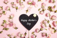 De groetbericht van de moedersdag op hart-bord met kleine droog royalty-vrije stock fotografie