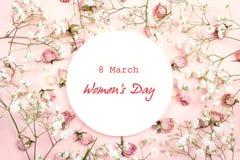 De groetbericht van de vrouwen` s Dag op wit rond kader met gypsophil royalty-vrije stock fotografie