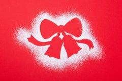 De groetkaart, lege, vrolijke Kerstmis en het gelukkige nieuwe jaar, Kerstmisklokken stencilen op rode achtergrond royalty-vrije stock afbeelding