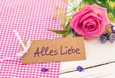 De groetkaart met Duitse teksten, Alles Liebe, middelenliefde en roze nam voor Valentijnskaarten of Moedersdag toe stock foto's
