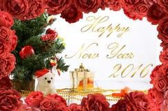 De groetkaart met Kerstboom, gouden giftvakje, ballen, stuk speelgoed draagt, suikergoed en decoratie op retro uitstekende witte  Stock Fotografie